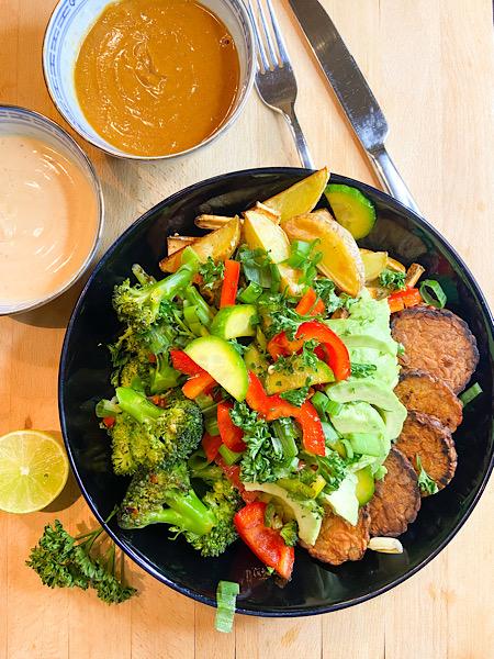 Bunte Quinoa Bowl mit Tempeh