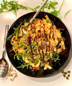 Pasta mit Tomaten-Pesto gebackener Aubergine