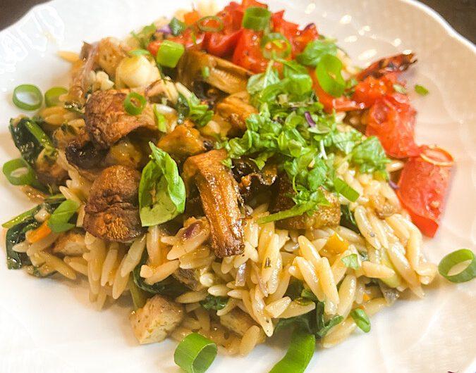 Orzo-Nudeln mit Räuchertofu und gebackenem Gemüse