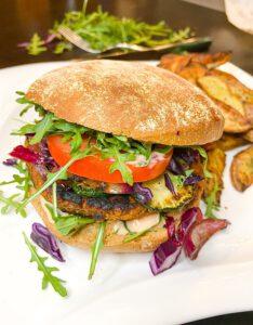 Read more about the article Schneller Burger mit Bohnen-Patty und beste Burgersauce