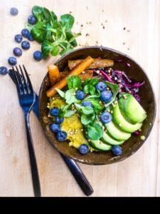 Curry-Linsen-Bowl mit Heidelbeeren