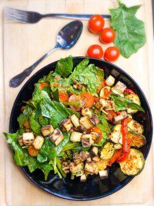 Bowl mit Antipasti-Gemüse und Spinatsalat