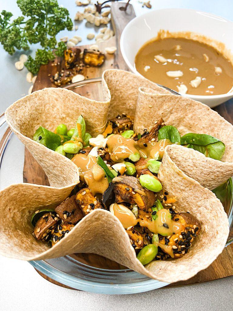 Asiatische Erdnuss-Wrap-Bowl mit Sesam-Süßkartoffeln und Edamame