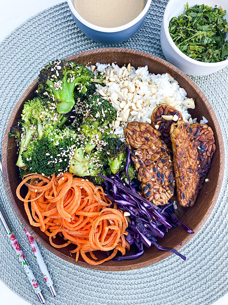 Read more about the article Bunte Buddha-Bowl mit würzigem Tempeh