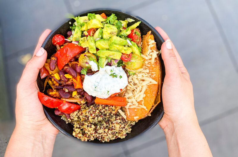 Quinoa-Bowl mit Tomaten-Avocadosalat und Kidneybohnen